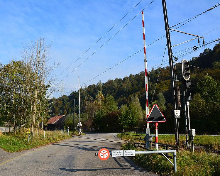 Barriere nördlich des Bahnhofs Sihlwald
