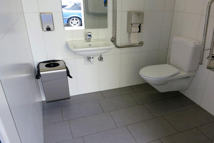 Öffentliches rollstuhlgerechtes WC am Bahnhof Davos Dorf